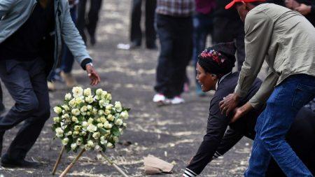 에티오피아 여객기 희생자 가족들, 추락 현장 찾아 오열…시신만이라도 찾기를