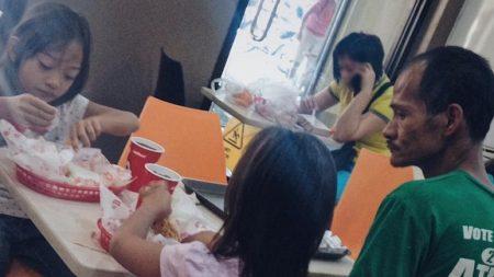 '정부 지원금' 모아 두 딸에게 치킨 사주고 먹는 모습만 바라보는 아빠