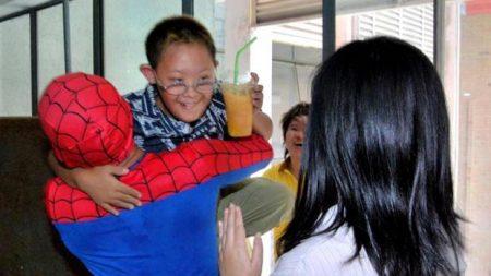 등교 첫날 잔뜩 겁 먹고 학교 난간에 선 자폐증 소년 구한 소방관