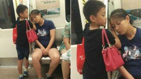 지하철서 잠든 엄마에게 고사리손으로 '손베개' 해준 아들