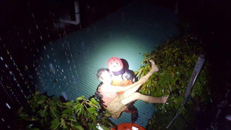 태풍에 3시간 동안 껴안고 버틴 80대 부부 119대원이 극적 구조