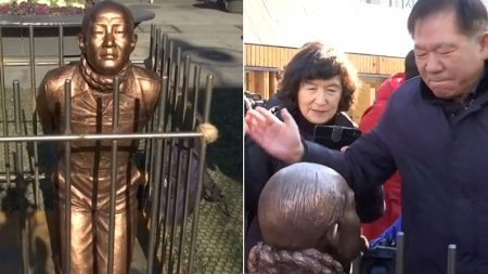 광화문에 생긴 앉아있는 '전두환 동상' 근황