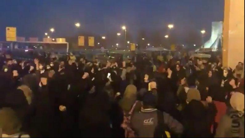 """[테헤란르포] """"거짓말 지도부는 물러가라""""…정부·군부에 성난 젊은이들"""