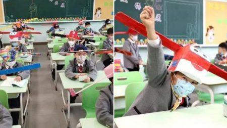 '사회적 거리두기' 실천하려 '1m 모자' 쓰고 등교하는 중국 초등학생들