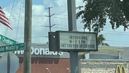 """""""면접만 봐도 50달러"""" 간판 내걸고도 직원 못 구하는 미 맥도날드"""